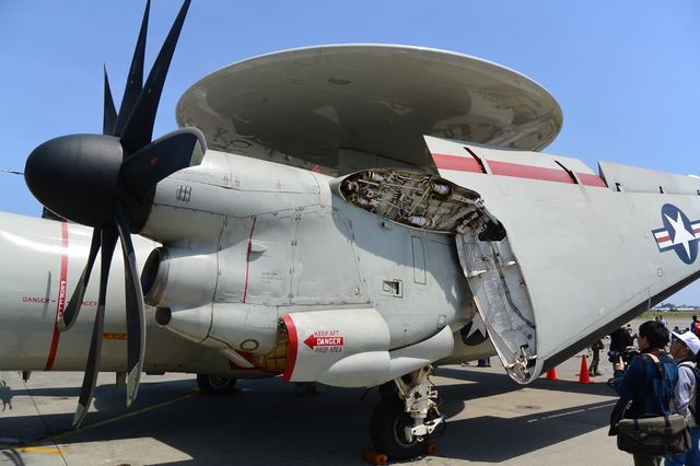 E-2C 主翼折り畳み.jpg